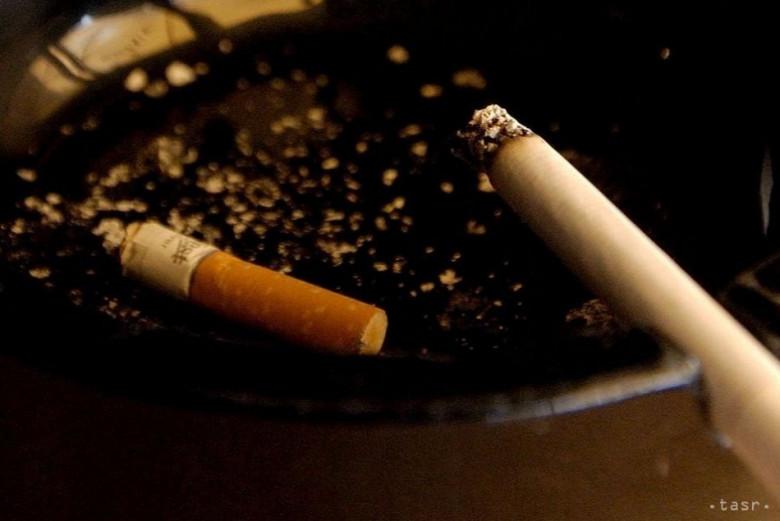 Dve dievčatá fajčenie